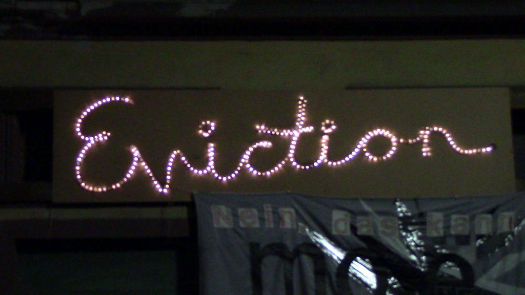 """Eviction"": Schriftzug über dem Eingang zur mo.e Kunstinitiative"